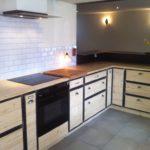 cuisine intégrée métal bois plan de travail comptoir bar hotte