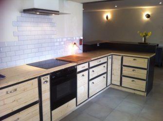 cuisine intégrée métal bois tiroirs hotte comptoir